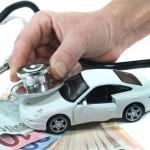 Stethoskop mit Auto und Geld