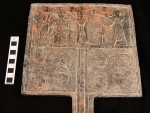 Mesa de ofrendas de estaño y bronce hallada bajo una pirámide en Sudán
