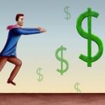 uomo che rincorre il simbolo del dollaro