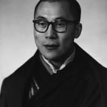 foto in bianco e nero del dalai lama a 23 anni