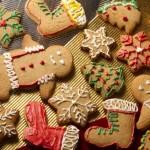 I biscotti allo zenzero ornati di glassa, sono anche delle stupende decorazioni da porre sull'albero o come dolci segnaposto per la tavola.